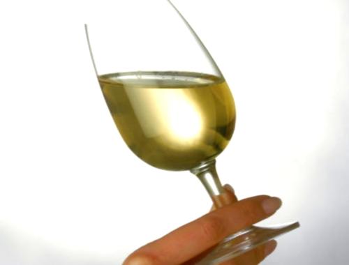 El Vino blanco también mancha los dientes