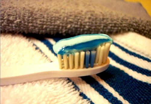 Hilo dental y cepillo, los amigos de la salud cardiaca