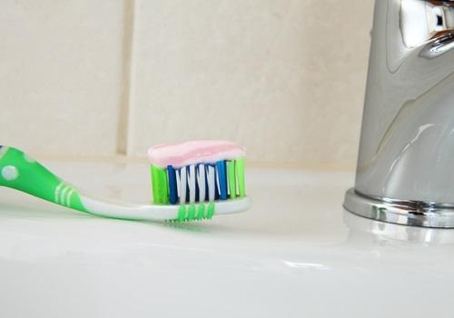 la mejor manera de cepillarse los dientes