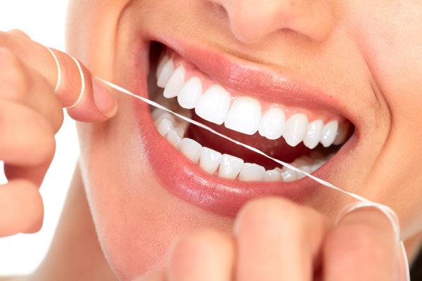 dentistas-en-arguelles-hilo-dental