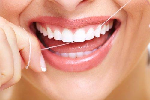 Cómo usar hilo dental.