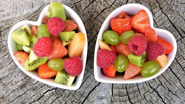 Estas son las claves de la relación entre la dieta y la salud oral En el artículo de hoy te contaremos cuáles son las claves de la relación que existe entre la dieta y la salud oral, principalmente porque algunos alimentos causan caries. Al comer, los alimentos pasan por la boca, donde se encuentran con los gérmenes, o bacterias, que viven en la boca. La placa es una película pegajosa de bacterias. Estas bacterias aman los azúcares y los almidones que se encuentran en muchos alimentos. De esta manera, cuando no te cepillas los dientes, las bacterias de la placa usan el azúcar y el almidón para producir ácidos que pueden destruir la superficie dura del diente, llamada esmalte. Luego de un tiempo, ocurren las caries. La clave para escoger los alimentos prudentemente. Recuerda, no se trata de evitar estos alimentos, sino pensar antes de comer. Lleva una dieta balanceada y evita los refrigerios entre comidas. Si tienes una dieta especial, mantén en mente los consejos de su médico al escoger los alimentos. Los consejos son: • Para tener una dieta balanceada, come una variedad de alimentos. Escoge alimentos de cada uno de los cinco grupos principales de alimentos: panes, cereales y otros productos de granos; frutas; vegetales; carnes, aves y pescados; leche, queso y yogurt. • Limita el número de refrigerios que comas. Cada vez que comas alimentos que contienen azúcares o almidones, los dientes son atacados por los ácidos por 20 minutos o más. • Si comes refrigerios, escoge alimentos nutritivos como el queso, los vegetales crudos, el yogurt sencillo, o un pedazo de fruta. • Los alimentos que se comen como parte de una comida causan menos daño. Se secreta más saliva durante la comida, lo que ayuda a llevarse los alimentos de la boca y ayuda a disminuir los efectos de los ácidos. • Cepíllate tres veces al día con una pasta de dientes con flúor. • Limpia entre los dientes diariamente con hilo dental u otro limpiador interdental. Recuerda visitar al dentista regularmente, quie
