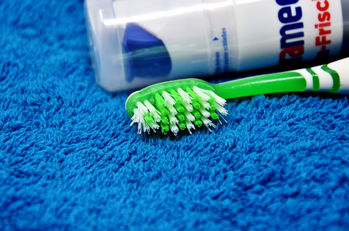 Usar cepillo de dientes eléctrico o irrigador dental