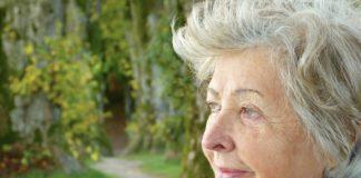 ¿Por qué las personas mayores deben cuidar sus encías? En el artículo de hoy te contaremos cuál es el impacto de las enfermedades en las encías para las personas mayores, en una etapa de la vida donde es común el uso de prótesis dentales, el tomar medicamentos y los trastornos generales de la salud suelen ser comunes en la tercera edad. En el caso puntual de la enfermedad de las encías, los expertos señalan que es un trastorno potencialmente grave que afecta a personas de todas las edades, pero especialmente a aquellas mayores de 40 años. Diversos factores pueden aumentar la gravedad de la enfermedad de las encías, entre los que se cuentan: Una dieta inadecuada Una higiene bucal deficiente Enfermedades sistémicas, como diabetes, afecciones cardíacas y cáncer. Factores ambientales como: el estrés y el tabaquismo Ciertos medicamentos que afectan el estado de las encías Los expertos recuerdan que las primeras etapas de la enfermedad de las encías son reversibles, por lo cual es importante identificarlas precozmente. Por esta razón, los exámenes dentales periódicos aseguran la detección y el tratamiento de la enfermedad de las encías. En ocasiones es posible evitar la aparición de la enfermedad de las encías si se practica una correcta higiene bucal.