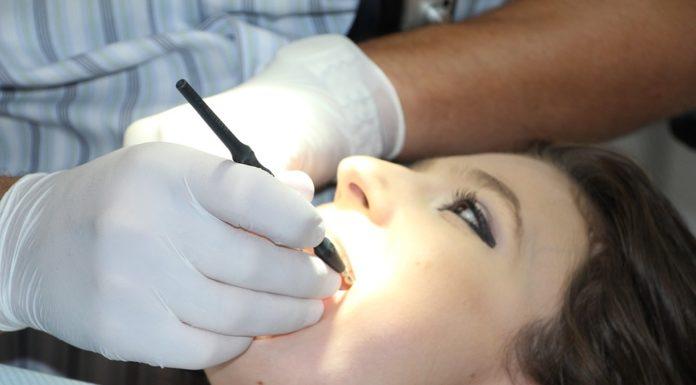 ¿Por qué en algunos periodos las encías de las mujeres están susceptibles de inflamación?